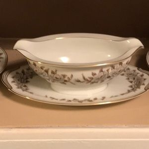 Gravy boat with attached underplate